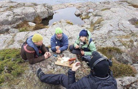 På TV: Tor Granerud og Anders Oppegaard blir filmet sammen med programleder Ingvill Måkestad Bovim ved Lyngør fyr i forbindelse med programserien «Naturopplevelser for livet».