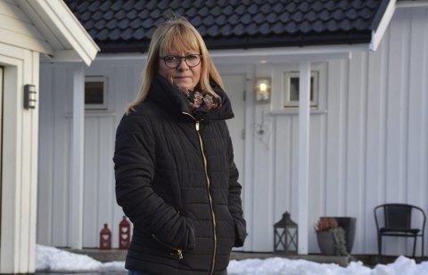 Hege Andersen Rønning: Fikk problemer både med garasjen (helt til venstre) og hustaket (i bakgrunnen) på boligen hun kjøpte på Glastadheia for to år siden. Foto: Olav Loftesnes