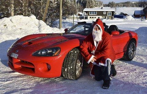 Rødt og vakkert: Den røde Dodge Viperen er stilrein og av det slaget som gjerne skaper gode følelser hos de fleste. Hallgeir Hovi stiller for anledningen i nissedrakt. Det er jo snart jul ...