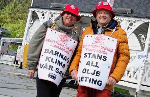 Støtte: Margaret Heldor (67) og Bodvar Sonstad (73) frå Beitostølen deltok på klimastreiken på Skiferplassen på fredag. - Vi støtter dei unge som må bære denne kampen, seier Bodvar.