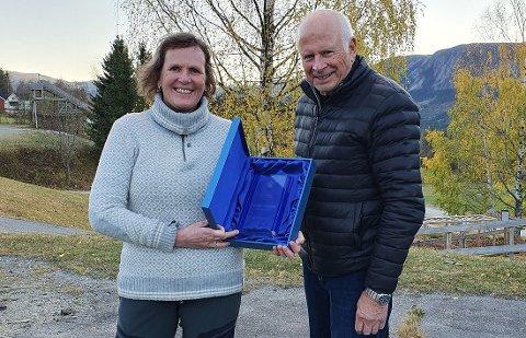 Leif Magne Flemmen, juryleder, mediekontakt i Hyttemessa og redaktør i Hytteavisen.no overrakte prisen til Mork.