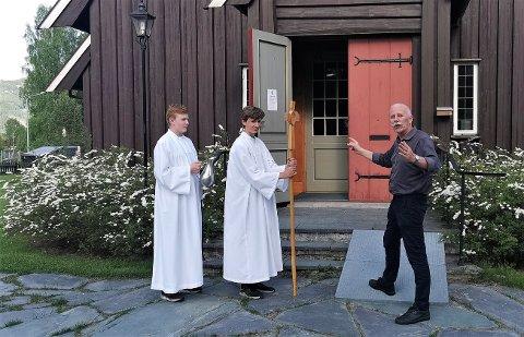 Det øves: Det nærmer seg den store dagen for f.v. Oscar Venåsen Korsmo og Haakon Bordewich Strøm. Lengst t.h. står en stødig prost, Carl Philip Weisser, og forklarer.