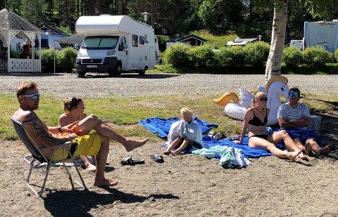 FAMILIER PÅ CAMPINGTUR: Bengt Berg, Ragnhild Berg, Lukas Stokke, Lene Stokke og Dan Christer Stokke koser seg på stranda på Fagernes Camping. De fleste ungene var allerede ute i vatnet.