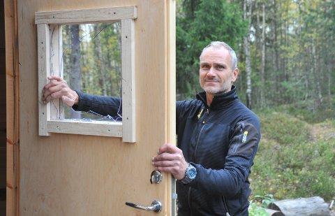 KNUSTPLEXIGLASS:Snekker Morten Sanden inspiserer helgas hærverk på Hundremeterskogen barnehages lavvo på Snarefjellet.