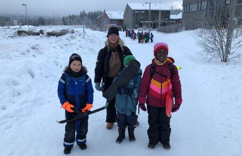 KLEDD FOR VINTER: Noen av de i tredjeklasse på Rotnes skole som har utedag i dag; f.v. Patryk, Mateo, Rita og bak lærer Tone Telma Erfjord.
