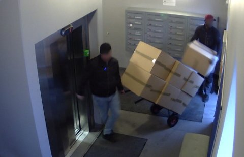 FANGET PÅ FILM: Et overvåkningskamera fanget de to mennene i det de trillet inn 13 pappesker som inneholdt marihuana.