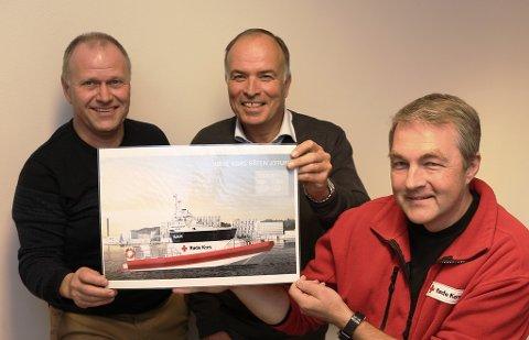 """LEVERES I JULI: Den nye Røde Kors-båten skal hete """"Jotun"""" og er operativ på sensommeren i 2017. Eivind Sletthaug (fra venstre), Odd Gleditsch d.y. og Kjell Atle Kjønnø gleder seg alle tre."""