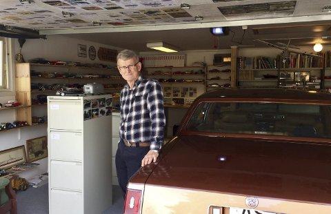 «Museum»: I Reidar Bakkes private bilmuseum hjemme på Tangen står en Cadillac i sentrum. Han har interessert seg for det meste, gamle biler, motorsykler, traktorer og tog. Modellfly har han også prøvd seg på, men det styrtet.Alle foto: Ann-Turi Ford
