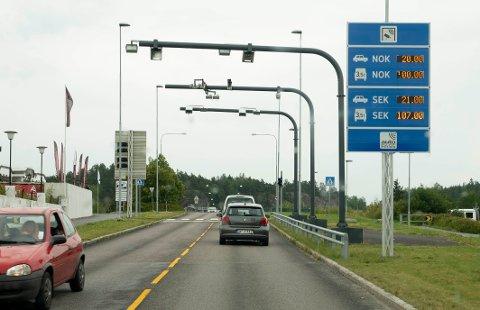 Mange venter på at det igjen skal bli mulig å krysse svenskegrensen for en handletur. Vaksinesertifikater kan bli nøkkelen til gjenåpning.
