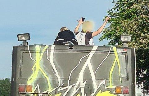PÅ TAKET: Politiet fikk en rekke meldinger om at en russebuss kjørte med ungdom på taket i morgentrafikken.
