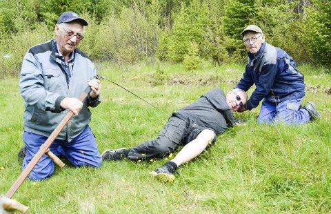 PÅ STEDET: - Det var her ulykka skjedde, sier Simen Linjordet i midten. F.v. redningsmennene og brødrene Hans og Vidar Vangen.