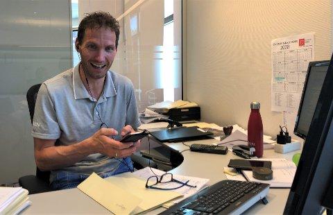 ELLEVILL JUNI: Et nytt bud på en bolig har akkurat tikket inn på telefonen til Tomas Sørli som rapporterer om et ellevilt juni-salg for Aktiv i Fjellregionen på Tynset.
