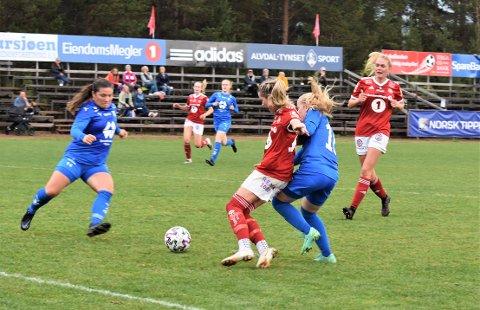 TILBAKE: Seks uker etter at hun ble mor for andre gang var Cecilie Sundsbø Arnemo, til høyre av de rødkledde tynsetspillerne, tilbake på banen.