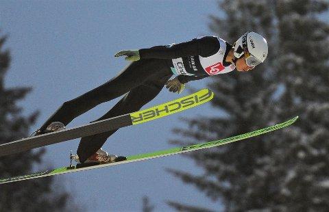 TAR STEG: Øystein Thorshov fortsetter å ta steg. Ås-gutten brøt en ny barriere da han fikk delta i senior-NM hopp stor bakke.