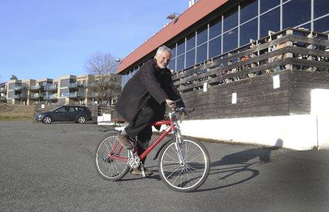 VANT BUDRUNDEN: Helge Stange (69) fra Fossum tester her sin nye Merida-sykkel.