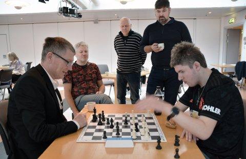 Vetle Koth Tøfte (t.h.) og Roger Hojem under turneringen november 2019. Partiet følges av Lars Sivertsen, Lars Evensen og Roy Arne Wågbø.