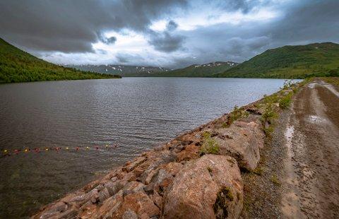 OPPDEMT: Det er to oppdemte sjøer i Folldalen; Follsjøen (bildet) og Gråsjøen. Vannet fra magasinene brukes til kraftproduksjon, og det er revisjon av denne reguleringen som nå står på trappene, der blant annet minstevannføring i det nasjonale laksevassdraget Surna er ett av punktene som er viktig både for kraftproduksjonen og livsvilkårene for laksen i elva.