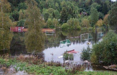 LETER ETTER LEKKASJE: Øvrebygda er et av områdene i Gjerstad som er uten vann i øyeblikket. Kommunen har stengt tilførselen mens de jakter på en lekkasje i forbindelse med flommen. Her et bilde fra fotballbanen på Klokkargården.