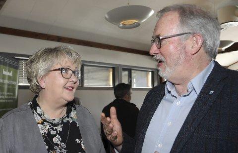 Forutsigbart: Ordfører Inger Løite (Ap) vil at sambygdingene skal få vite hva de har å forholde seg til med veiplanene. Her er hun i samtale med risørordfører Per Kr. Lunden på et veimøte på Brokelandsheia.