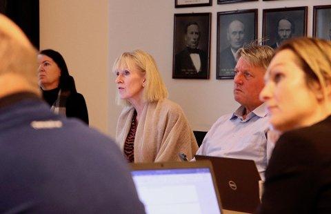SKEPTISKE: Kommunalsjef Anne Berit Åtland Hansen og rådmann Jens Arild Johannessen var begge skeptiske til forslaget fra Frp.