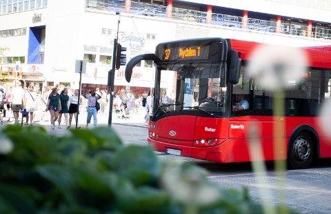 Busstilbudet trekkes frem som noe som enkelt kan skaleres ned, om Ruter går tomme for penger. Her 37-bussen i retning Nydalen forbi Arbeidersamfunnets plass.