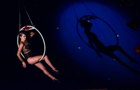 Høgthengande damer med imponerande kroppskontroll er noko av det Cirkus Agora lokkar med.