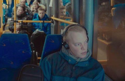Belte? Her sitter Fredrik Willian Olsen i fylkeskommunens reklame film uten belte. Skjermdump: Nordland fylkeskommune