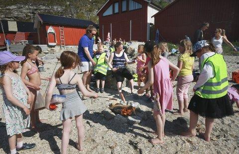 Grilling på Stranda: Første- og femteklassinger ved Rønvik skole koser seg med grillpølser og strandliv i Kvalvika i Bodø.
