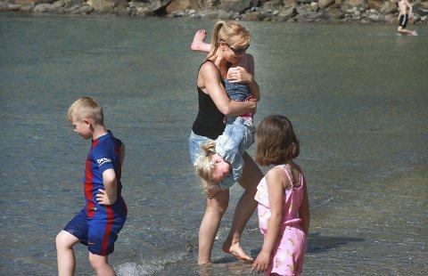 Sommerbad: Første sommerdag og første sommerbad. Lærer Lisbet Hole koser seg i vannkanten sammen med Pernille.