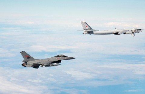 TOKT: Russiske bombefly la kursen østover mot Bodø 27. mai i fjor, og ble møtt av norske F-16 fra Bodø