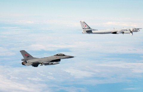 Ut på vingene: Her observerer ett av F-16 jagerflyene fra Bodø et russisk fly, som er i likhet med bombeflyene som ble identifisert langs norskekysten i natt.