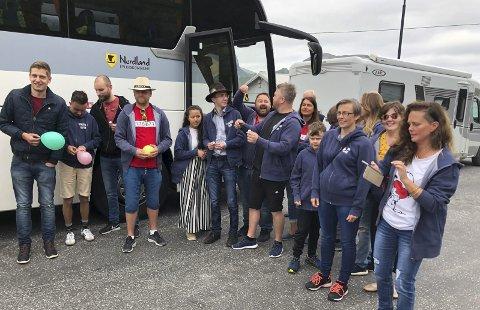 Buss å le av: Halsarevyen og Tjongsfjordrevyen på vei til Høylandet i egen buss.alle foto: rune slyngstad