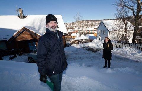Trond Sæthre og Gry Chabriere i Pleierveien. De har bedt BE Varme AS ta ansvaret for lekkasjen fra kloakken under fjernevarmerørene.