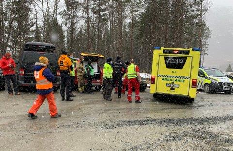 STÅR KLAR: den skadde personen er nå på tur ut av området. I utmarsområdet i Stubblidalen Foto: Fritz Hansen