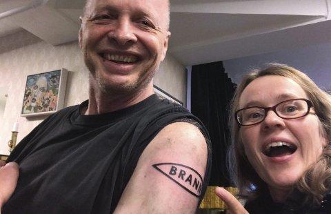Steinar Nørstebø (60) har fått sin tatovering, konstaterer fyllkessekretær Frøydis Olaussen.FOTO: PRIVAT