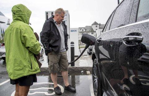 Jan Haugen og konen Chadaporn Ruamwong lader bilen i Eidfjord før turen videre går til Bergen.