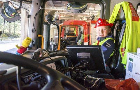 GØY: Mika Leander Holm (6) har fått plass i brannbilens framsete.