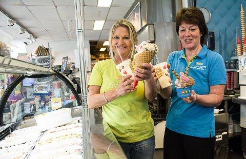 ISPÅSKE: Medarbeider Hanne Holvland og daglig leder Anny Stefferud Kiosken på Åmotsenteret har pushet mye is i påsken. Salt karamell og cookie dough er blant de mest populære smakene.