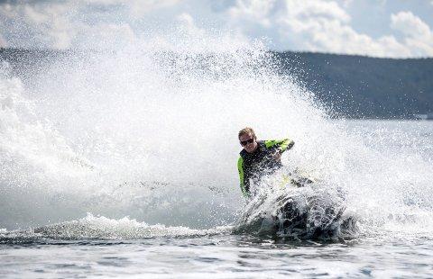 ØNSKET FORBUD: Vikland Brygge SA i Vikersund sendte i fjor et brev der de ba om totalforbud mot bruk av vannscooter i Modums del av Tyrifjorden. Nå planlegger kommunen dialogmøte.