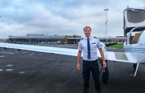 I UNIFORM. Timo Bakken i flyskolens uniform, på Hans Christian Andersen Airport i Odense.