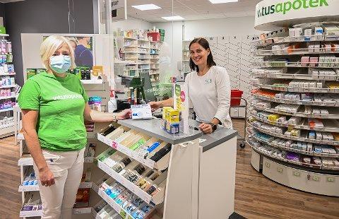 SELVTESTER: Mette Brunes (t.v.) og Kristin Hovde Marberg hos Vitus Apotek i Vikersund, selger   daglig selvtester til kunder som ønsker å test seg selv for koronasmitte.