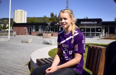 PÅ BESØK I SITT NYE «HJEM»: Line Ellertsen (16) har vært på besøk i Drammenshallen denne uka på landslagssamling. I sommer flytter hun til Drammen på permanent basis for å spille for Glassverket.