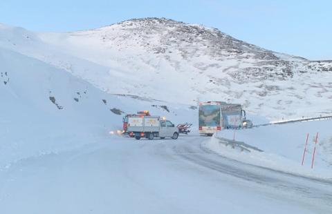 SPERRET VEIEN: Bussen satte seg fast på E6 på Magerøya.