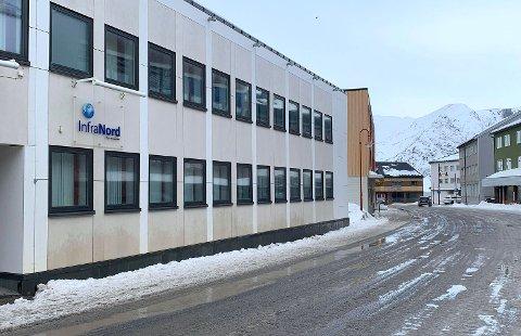 STORGATA: InfraNord har kontor i Honningsvåg. Daglig leder følger med på trafikken.