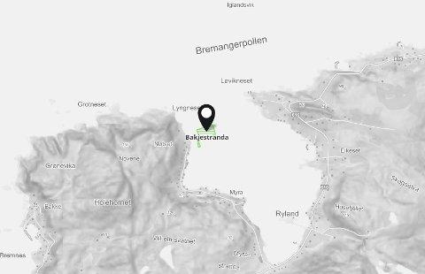 Lokaliteten på Bakjestranda på sørsida av Bremangerpollen. Det er det einaste sjøanlegget i pollen.