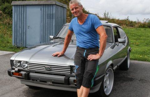 Erling Karstad med sin Ford Capri 1984-modell. Sin første Capri kjøpte han i 1977. – Det er ein flott bil med fine linjer. Den er god å køyre - framleis, den dag i dag, synest eg det, seier Karstad.