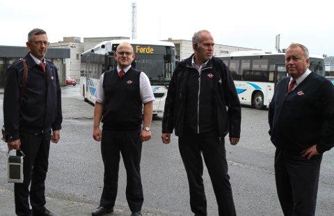 STREIKEKLARE: Dei lokale bussjåførane er klare for streik til helga dersom det er det som må til for at ein skal få ei løn å leve av, seier dei. F.v. Tore Johan  Myklebust, Asbjørn Eldevik, Ola Øystein Kleppe og Ivar Horstad er tilsette i Firda Billag.