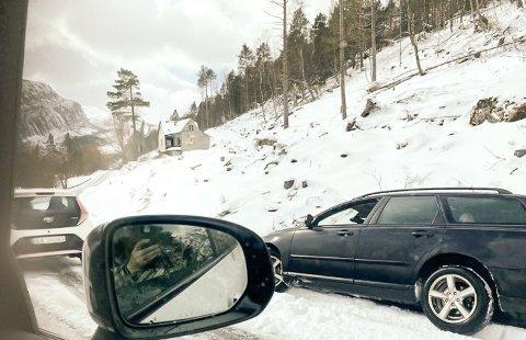 I GRØFTA: Ein bil sklei av vegen i ein sving like ved Bortnetunnelen på fv 616 i Bremanger.