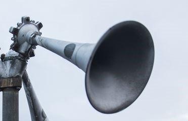 NOKON TRYKTE PÅ KNAPPEN: Ein alarm som berre kan løysast ut manuelt på brannstasjonen på Westcon, ulte i Florø eit kvarters tid frå klokka 23.30 onsdag.