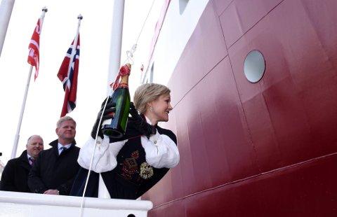«Namsos» vart døypt sist helg, og gudmor Ingvild Kjerkol knuste flaska på første forsøk.